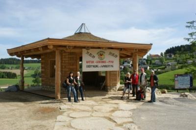 Ein rein in ökoligischer Bauweise (mit Holz, Stroh und Lehm) erstellter Pavillon ist Ihr Ausgangspunkt für eine traumhafte Wanderung!